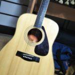 羽生田先生・ギターを特訓中
